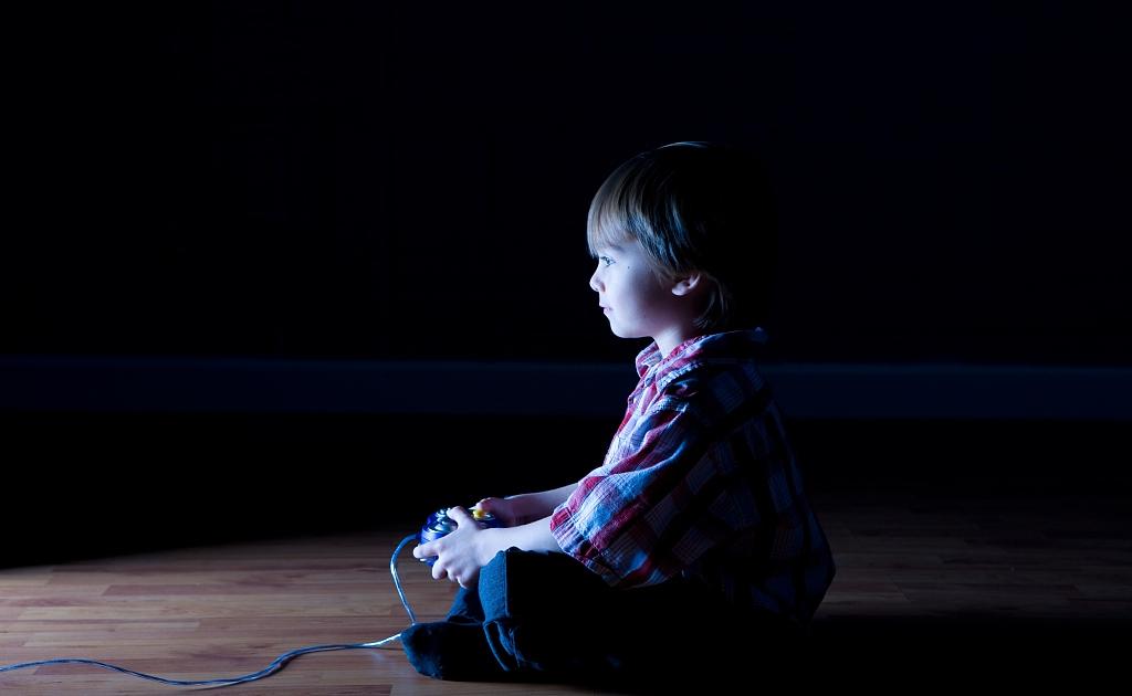 孩子沉迷网络,甚至殴打父母,做父母的究竟该怎么办?